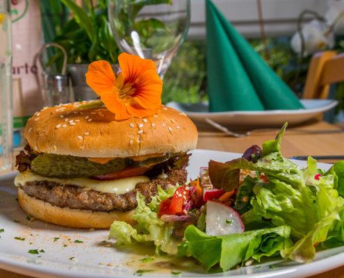Bistro-Burger mit Salat