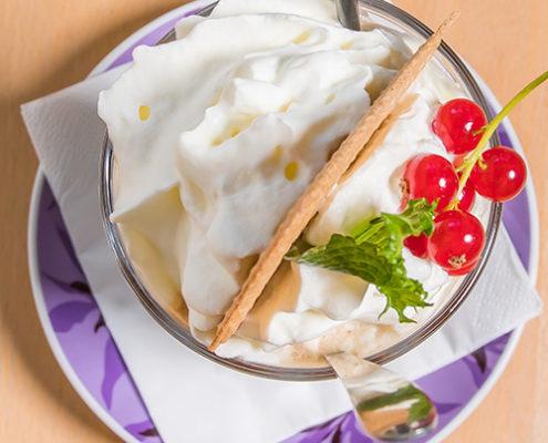 Portion Eis mit Sahne